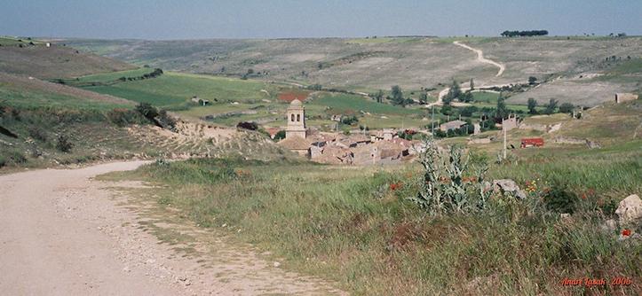 """O pueblo de Hontanas simplesmente """"emerge"""" na estrada"""