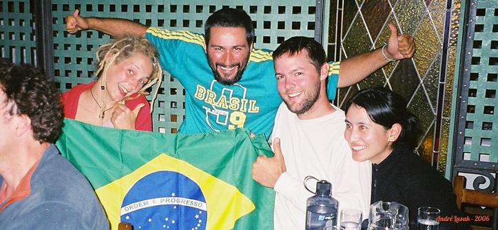 No bar vendo o jogo do Brasil (da esq. para a dir.): Leen, eu, Colin e Selena