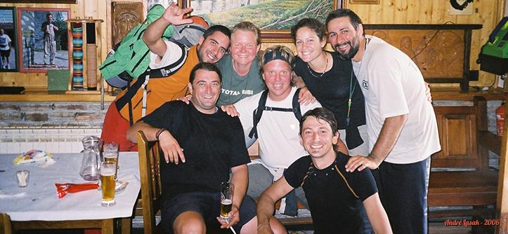 Bar n'O Cebreiro (da esq. para a dir.): Dani, Javi (sentado), Karin, Peter, Erin, Domenico (agachado) e eu