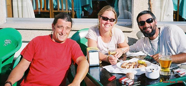 Javi, Gemma e eu tomando jarras de cerveza e comendo frutos do mar em Corcubión