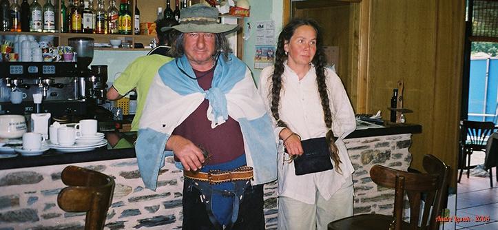 Eduardo e sua companheira finlandesa, em um bar antes de chegarmos em Santiago de Compostela