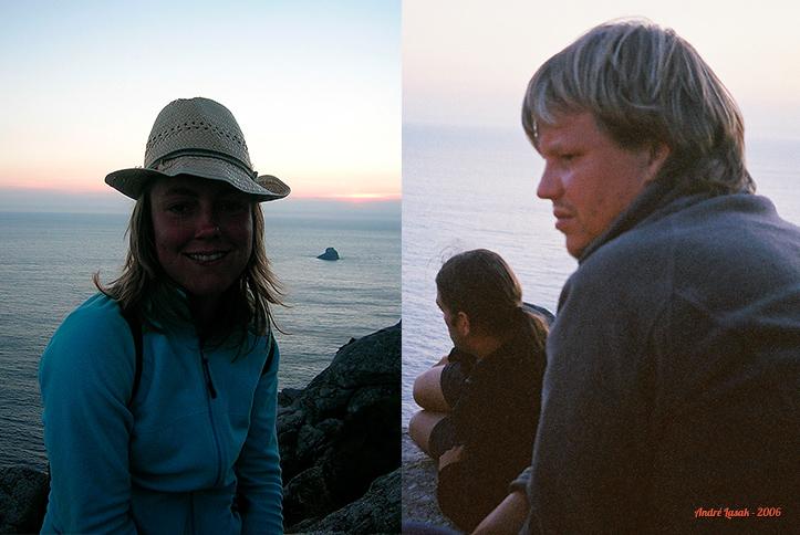 Cabo Fisterra: Gemma com o chapéu de Dani, Javi e Peter olhando o fim do mundo